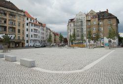 """Ein Fest für Liebhaber des Granitpflasters: der eigentlich immer noch namenlose """"Huygensplatz"""". Foto: Ralf Julke"""