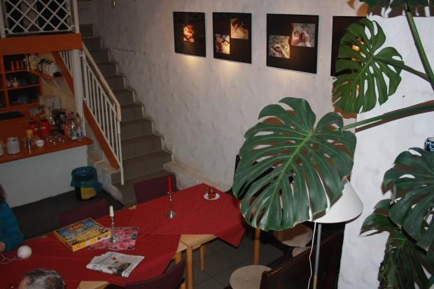 Blickwechsel: ein gemütliches Kellercafé lädt zum Verweilen und zum Gespräch ein . Foto: Ernst-Ulrich Kneitschel