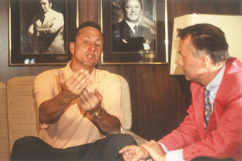 Gottfried Weise (re.) im Gespräch mit der niederländischen Fußball-Legende Johan Cruyff. Foto: Privatarchiv Gottfried Weise