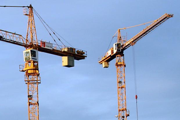 Die Baukräne drehen sich auch in Leipzig bislang nur fürs teure Wohnsegment. Foto: Ralf Julke