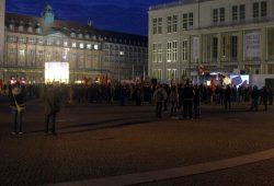 Legida 19:05 Uhr: Die Zahl bleibt offenbar trotz der Ankündigung einer Rede von Lutz Bachmann relativ konstant. Foto: L-IZ.de