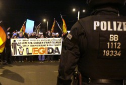 Legida am Johannisplatz. Stark verjüngt bei den Bannerträgern und offenbar bewusst einige der wenigen weiblichen Teilnehmerinnen in die Front postiert. Foto: L-IZ.de