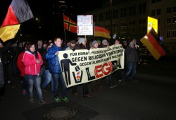 """Legida am 2. März beim """"Spaziergang"""" in der Frontansicht. Foto: L-IZ.de"""