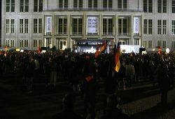 Legida heute wieder mit rund 700 Teilnehmern vor Ort. Auf der Bühne hetzt der erste Redner nach Rösler offen gegen Ausländer und Flüchtlinge. Foto: L-IZ.de