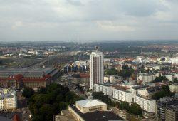 Blick über Leipzig Richtung Norden - dort sind die Windräder am BMW Werk zu erkennen. Foto: Ralf Julke