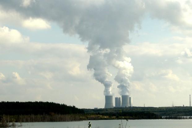 Blick über den Zwenkauer See zum Kohlekraftwerk Lippendorf. Foto: Ralf Julke
