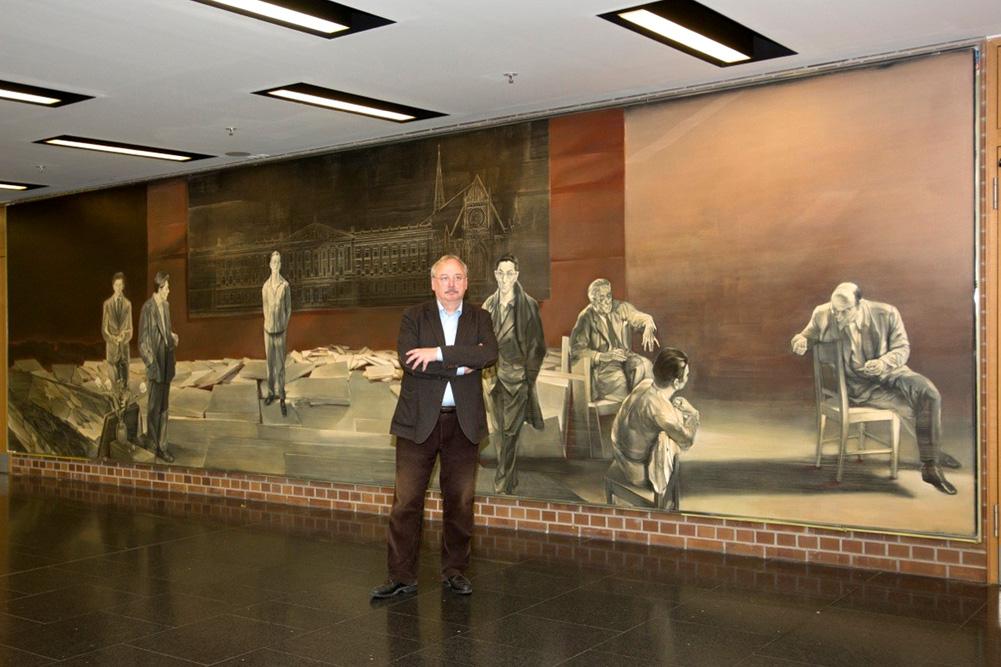 Reinhard Minkewitz vor seinem Gemälde
