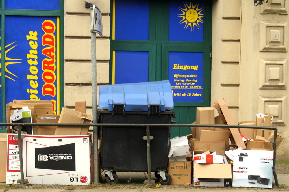 Recycling-Tonne am Straßenrand. Foto: Ralf Julke