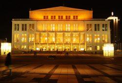 Opernhaus Leipzig in Festbeleuchtung. Foto: Ralf Julke