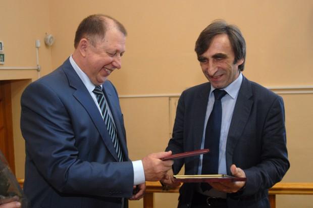 Der Rektor der OSU, Prof. Vladimir Kovalevskiy (links), überreicht Prof. Klaus Hänßgen von der HTWK Leipzig (rechts) die Ehren-Urkunde. Quelle: Staatliche Universität Orenburg