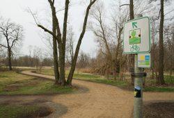 Gelb schlängelt sich der Parthe-Mulde-Radweg jetzt durch den Abtnaundorfer Park. Foto: Ralf Julke