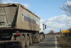 Ein Kohle-Lkw rollt durch Pödelwitz Richtung Profen. Foto: Matthias Weidemann