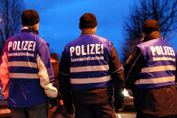 """Bereits am 12. Januar: Die Polizei ist gesprächsbreit im Sinne der demokratischen Entscheidung, wer in Leipzig """"das Volk"""" ist. Das Kommunikationsteam drehte sich auf Wunsch des Fotografen. Foto: L-IZ.de"""