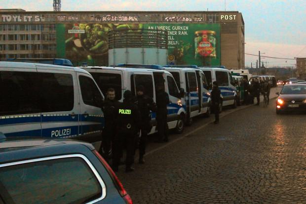 Die Polizei rüstet sich auf dem Augustusplatz. Es ist 18:15 Uhr. Foto: L-IZ.de