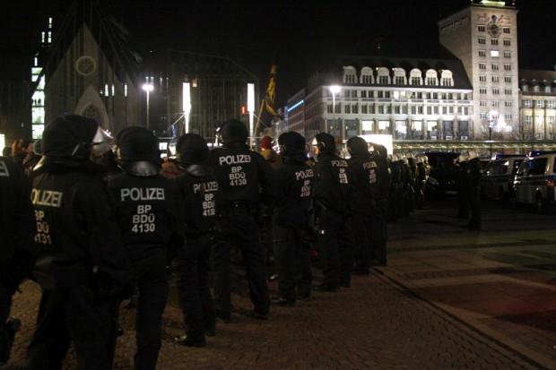 Polizeibeamte schirmen wie gewohnt beide Demonstrationen voneinander ab. Foto: L-IZ.de