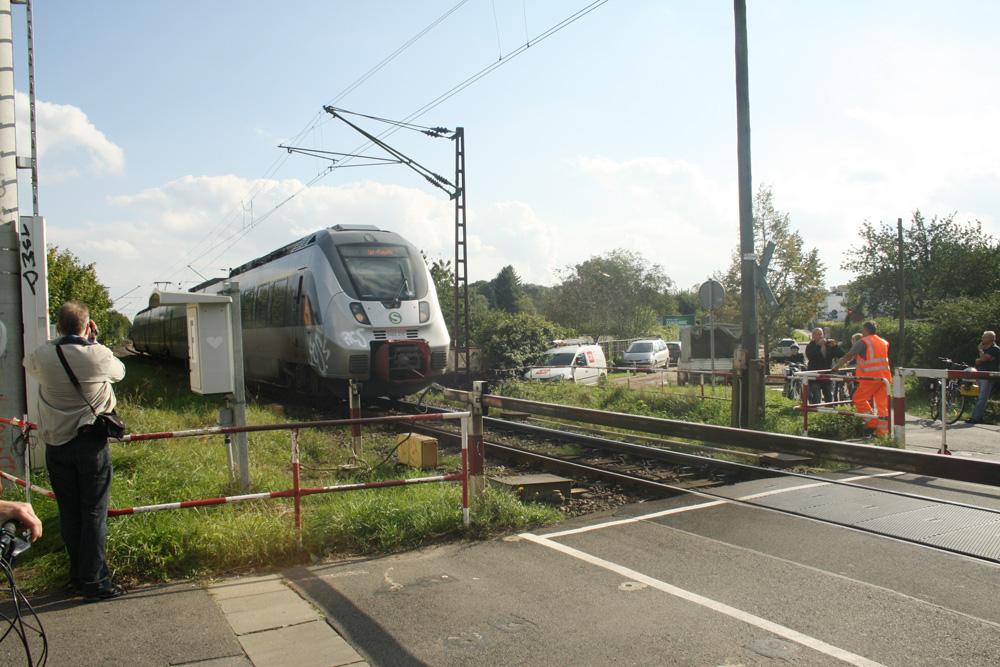 Vorübergehend so zu sehen: S-Bahn am Bahnübergang Equipagenweg in Markkleeberg. Foto: Ralf Julke