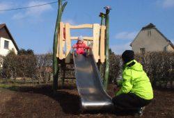 Die kleine Jasmin ist die Erste auf der Rutsche. Mutter Marika Reinsch freut sich sehr über den neuen Spielplatz im Dorf. Foto: Stadt Grimma