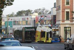 Die Straßenbahn der Linie 9 schlängelt sich durch die engen Straßen in Markkleeberg-West. Foto: Patrick Kulow
