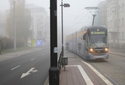 Leipziger Straßenbahn im Nebel. Foto: Ralf Julke