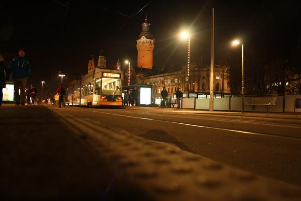 Straßenbahn der Linie 9 an der Haltestelle Wilhelm-Leuschner-Platz. Foto: Ralf Julke