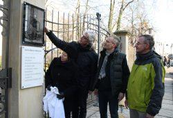 Die Tafel ist enthüllt: Kulturamtsleiterin Susanne Kucharski-Huniat, Museumsdirektor Dr. Volker Rodekamp, Christoph Kaufmann und der Künstler Harald Alff (von links). Foto: Ralf Julke