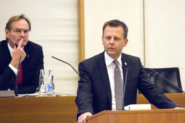 Haushaltsbeschließung 2015/16 im Leipziger Stadtrat: Torsten Bonew machte mal einen Strich unter die bisherige Rechnung. Foto: Sebastian Beyer
