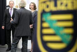 2010 war längst klar, welche Engpässe die Polizeireform mit sich bringen würde - Markus Ulbig bei der Präsentation der neuen blauen Polizeiuniformen. Foto: Matthias Weidemann