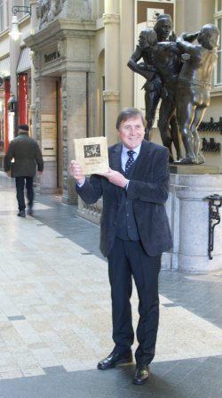 Bernd Weinkauf mit dem neuen Buch direkt vorm Eingang zu Auerbachs Keller. Foto: Karsten Pietsch