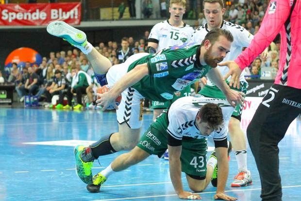 Körperbeherrschung: Alen Milosevic (SC DHfK) segelt über den am Boden liegenden Benedikt Brielmeier (Rimpar) und bringt den Ball trotzdem auf's Tor. Foto: Jan Kaefer