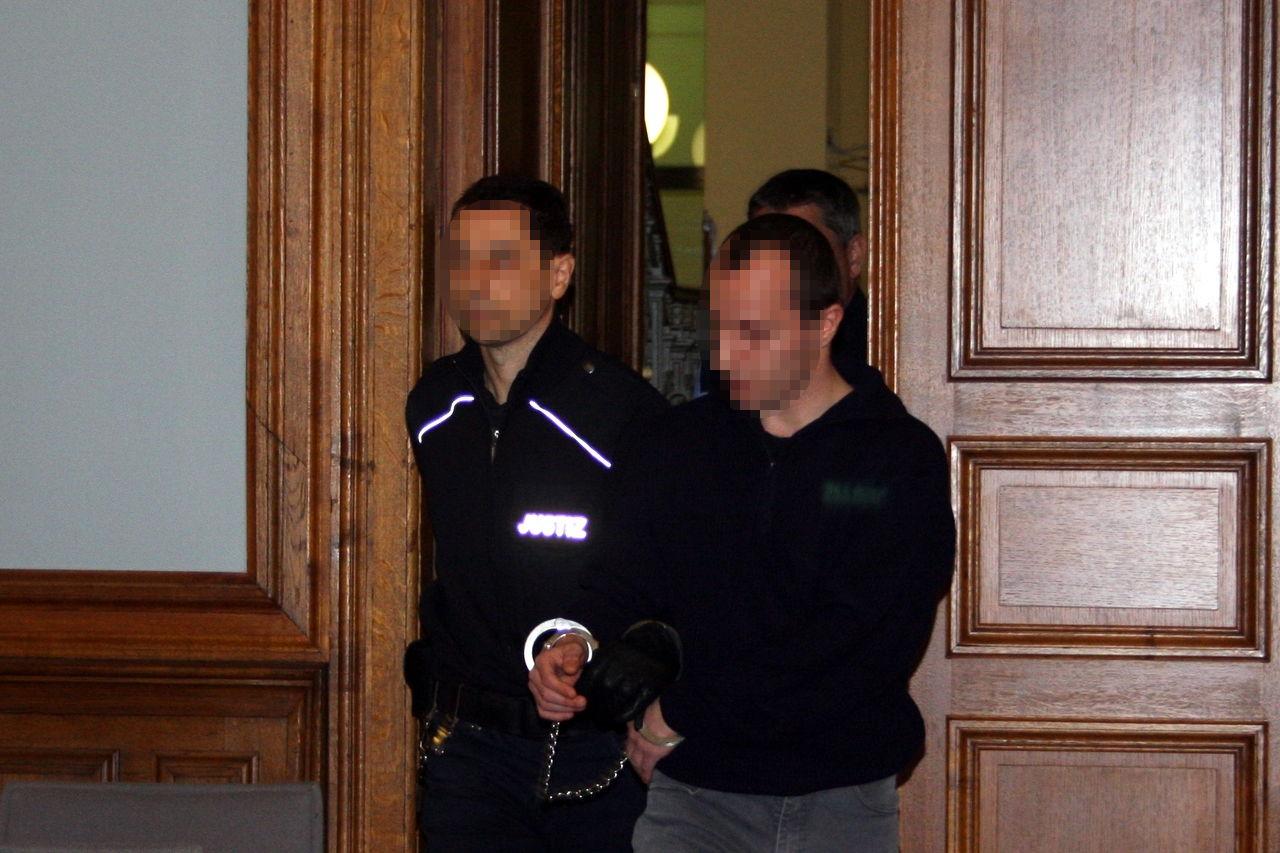 Der Angeklagte Marcel S. wird in Handschellen in den Saal geführt. Foto: Alexander Böhm
