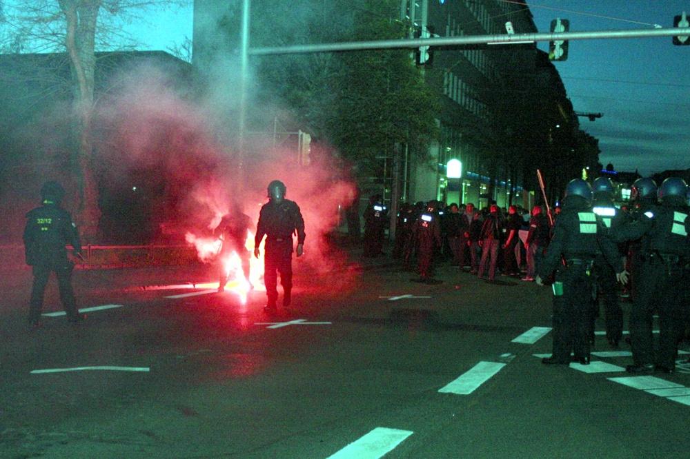 Das dürfte ein Nachspiel haben. Angriff von Gegendemonstranten auf den Legida-Aufzug. Foto: L-IZ.de