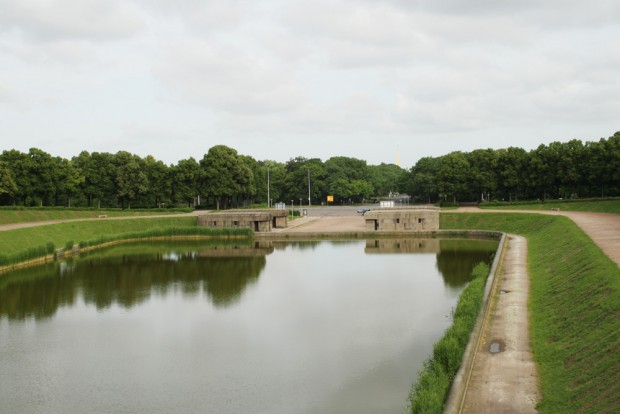 Blick übers Bassin zu den Kopfbauten, die jetzt ebenfalls saniert werden sollen. Foto: Ralf Julke