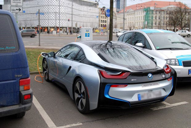 Ein Elektro-BMW tankt vor dem Leipziger Naturkundemuseum. Foto: Michael Freitag