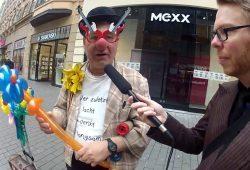 Clown Monello - einer der weitgereistesten und dienstältesten Straßenkünstler in Leipzig. Foto: Screen Video Weltnest.de