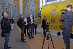 Landesreferent der Bergwacht Sachsen, Thomas Eckert, erläutert Journalisten die neuen Trainingsmöglichkeiten in der Halle des SBB. Foto: DRK LV Sachsen e.V.