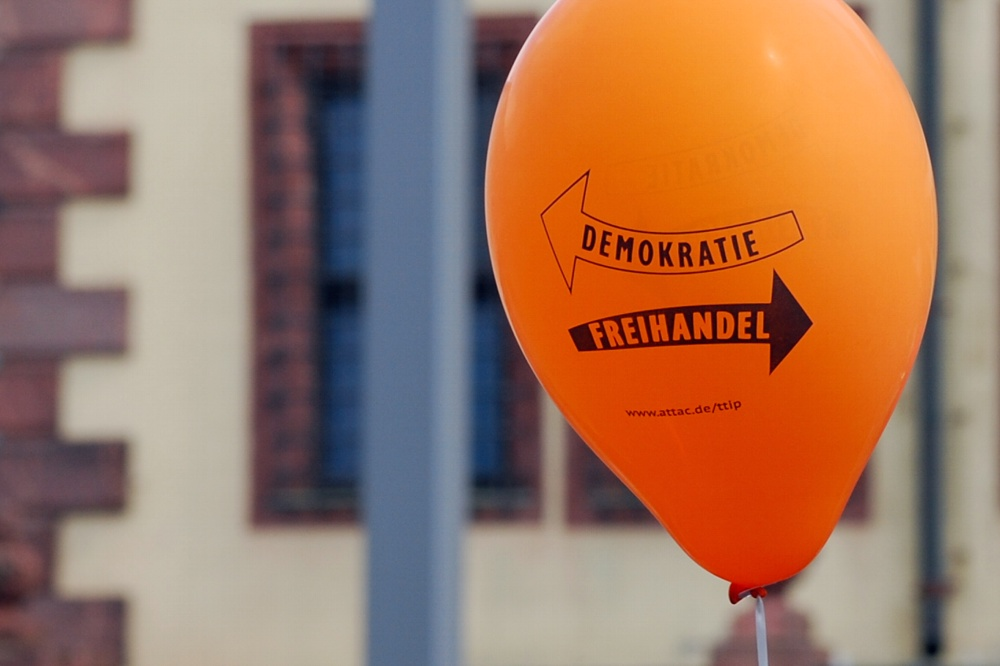Ein eigentlich positiver Begriff in Kollision mit der Demokratie? Die Proteste gegen TTIP und Co. lockten 1.500 Leipziger an. Foto: L-IZ.de