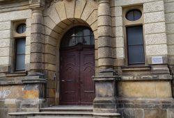 Tür der Helmholtz-Oberschule in Lindenau. Foto: Marko Hofmann