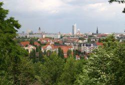 Blick vom Fockeberg über die Dächer von Leipzig. Foto: Ralf Julke