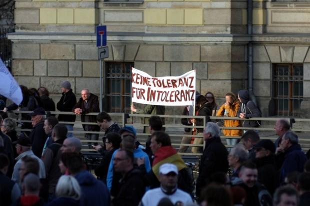 Gegendemonstranten am Montag an der Harkortstraße. Die Sache mit der Toleranz ... Foto: L-IZ.de