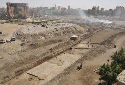 Grabungsgelände von Heliopolis - zwischen Müllbergen und Wohnhäusern in der Millionenmetropole Kairo. Foto: Dr. Dietrich Raue
