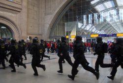 Polizisten im Einsatz auf dem Leipziger Hauptbahnhof. Foto: L-IZ