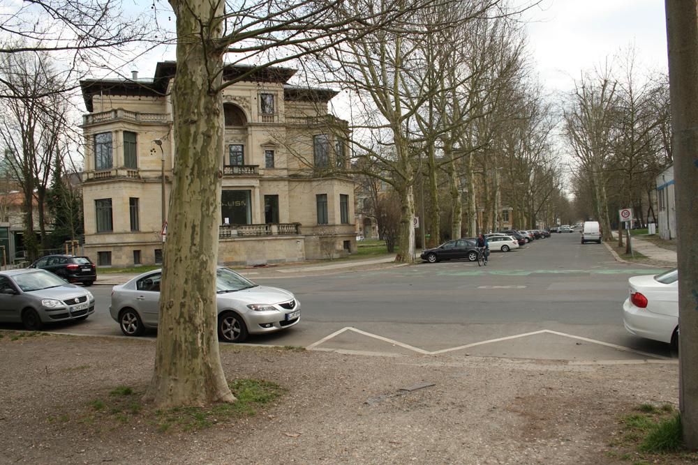Hier müsste eine Querungshilfe hin: Einmündung der Ferdinand-Rhode-Straße in die Karl-Tauchnitz-Straße. Foto: Ralf Julke