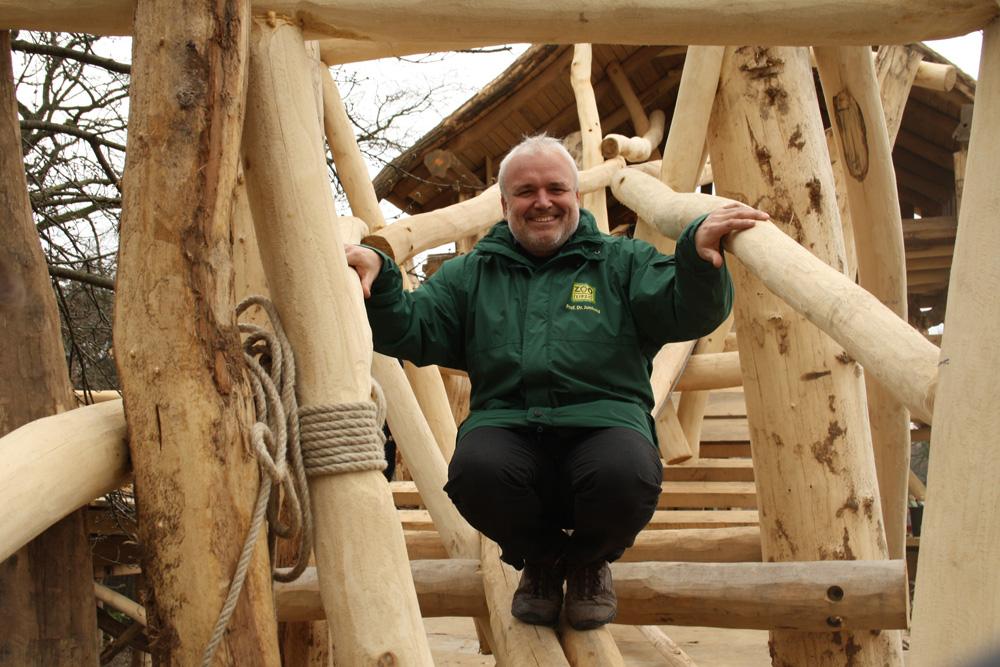 Künftig ein TÜV-geprüfter Kletterpfad für die Kinder - Zoodirektor Dr. Jörg Junhold probiert's schon mal aus. Foto: Ralf Julke
