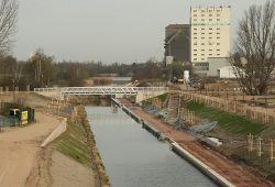 Die 22 Meter lange Aluminiumbrücke über dem gefluteten Verbindungskanal. Foto: Ralf Julke