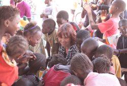 Kerstin Tenschert-Fuge inmitten der Schulkinder von Brufut. Foto: Privat