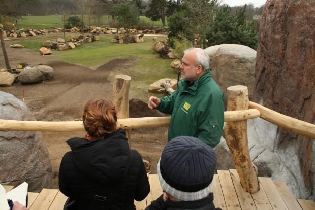 Vom hohen Holzpfad aus kann man so ins Gelände der Nashörner schauen. Foto: Ralf Julke