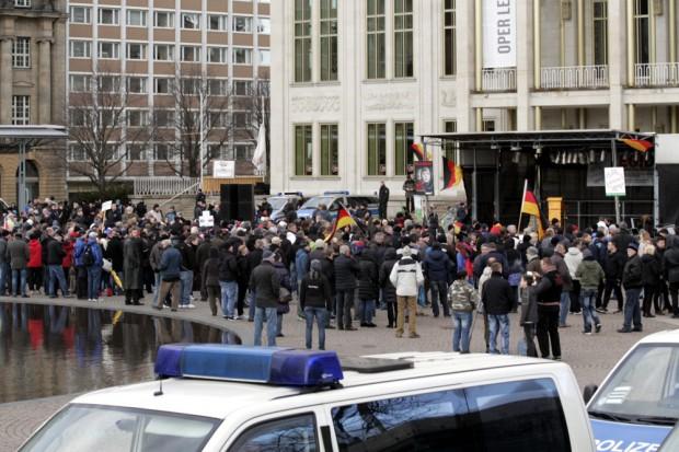 """Legida beim 9. Treffen auf dem Augustusplatz. """"Volksverräter""""-Rufe bei der Erwähnung des Leipziger OBMs. Foto: L-IZ.de"""