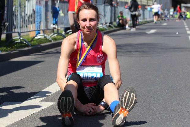 Erschöpft aber glücklich: Juliane Meyer (SC DHfK) schloss den ersten Marathon, den sie komplett auf Beton lief, als Siegerin ab. Foto: Jan Kaefer