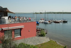 Strandcafé Markkleeberg mit Seglerhafen. Foto: Ralf Julke