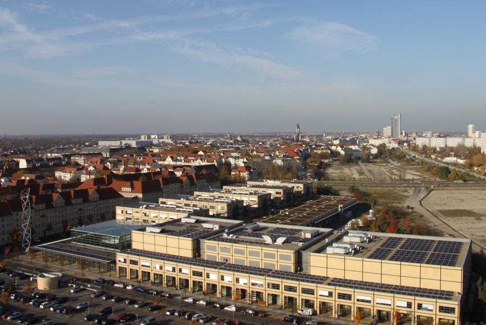 Blick auf die Media City mit der Leipziger Skyline im Hintergrund. Foto: Matthias Weidemann
